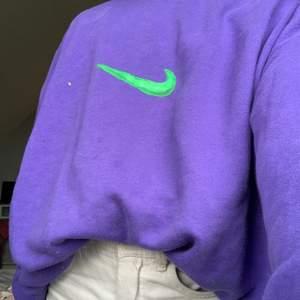Storlek: M...Från: Weekday. Har själv målat denna tröja. Sitter jätte bra och är inte lång i längden❤️