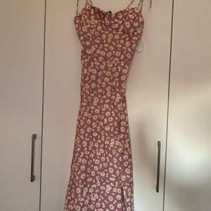 Rosa klänning med blommor från SheIn i storlek S, var för stor vid brösten för mig och glömde sedan att skicka tillbaka