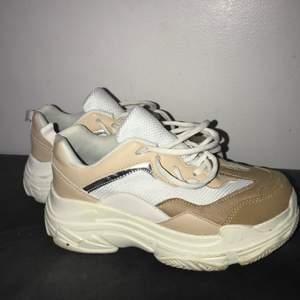 Snygga vita och beige skor, från märket Duffy, sjukt snygga och endast använda två gånger. Säljer för att de är för små🥺 pris kan diskuteras vid snabb affär. Original skokartongen finns även kvar.