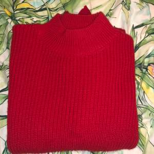 Fin röd stickad tröja med fina ditaljer. Andvänd 2 gånger som jul tröja!