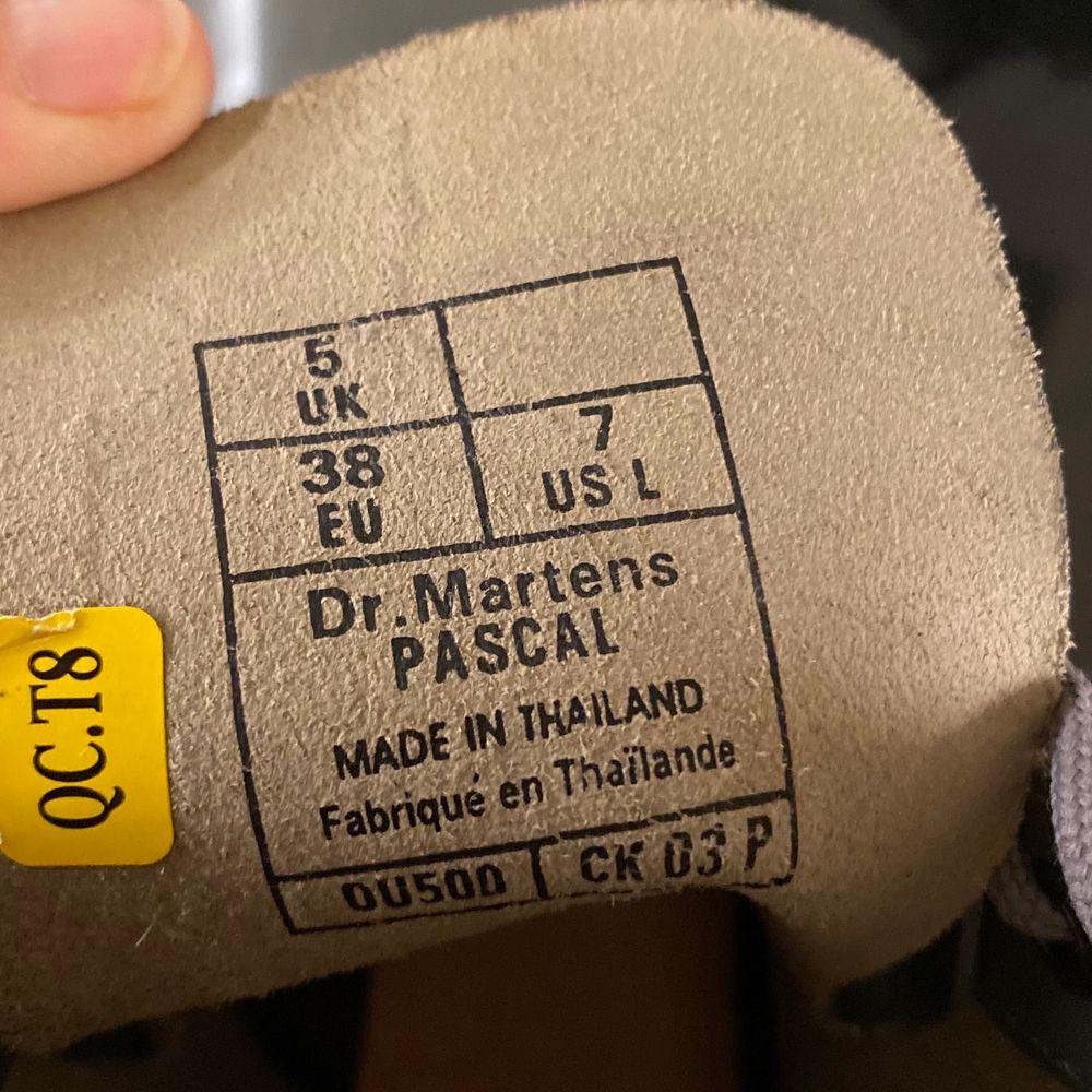 Oanvända! Köpta på Dr Martensaffären i Stockholm. Underbart snygga, men jag har helt sonika för mkt skor. Hämtas på söder el möts upp. Vid frakt tillkommer kostnad. . Skor.