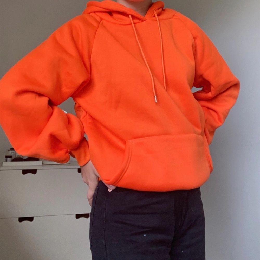 ( SÄNKT PRIS )Helt oanvänd Hoodie i en stark orange färg🧡 Säljer då den inte kommit till användning. Storleken är S men för mig som har XS-S i vanliga fall är den oversized. Passar XS-M beroende på hur man vill att den ska sitta! Pris: 200 kr + frakt! . Huvtröjor & Träningströjor.