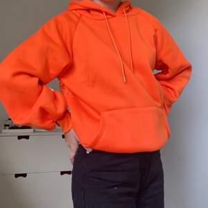 ( SÄNKT PRIS )Helt oanvänd Hoodie i en stark orange färg🧡 Säljer då den inte kommit till användning. Storleken är S men för mig som har XS-S i vanliga fall är den oversized. Passar XS-M beroende på hur man vill att den ska sitta! Pris: 200 kr + frakt!