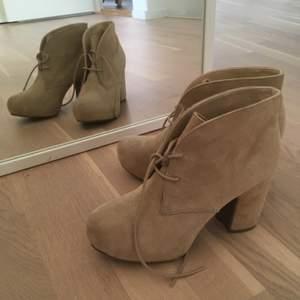 Fina ankle heel boots som har inte blivit användat mycket. Fråga om det är något :)