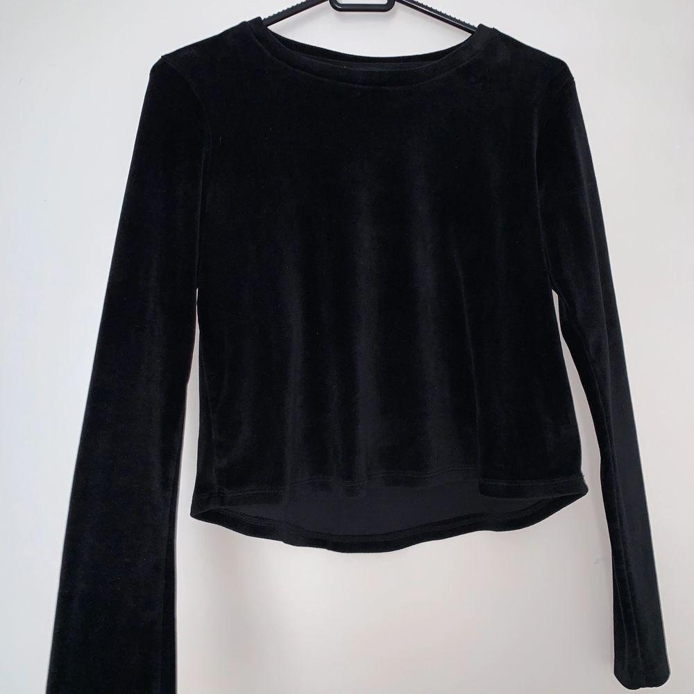 Jätte mjuk svart sammet tröja. Hämtas upp eller fraktas. Köparen står för frakt. Skicka privat för bättre bild.. Tröjor & Koftor.