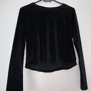 Jätte mjuk svart sammet tröja. Hämtas upp eller fraktas. Köparen står för frakt. Skicka privat för bättre bild.