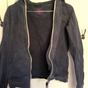 svart zip-up från essentials. Säljer en likadan i storlek 38, checka in min sida. Köparen står för frakt