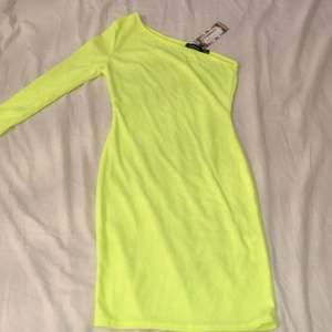 En neongul klänning från boohoo i stl S. Inte använd någon gång, säljs pga att den är i fel storlek