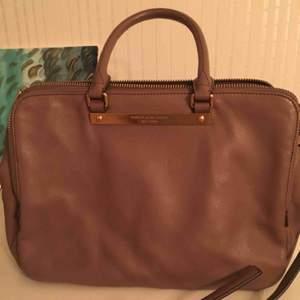 Säljer nu mina fina väska som använts en gång! Passar bra för alla tillfällen , vardags, plugg, och fest !
