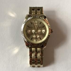 En guldig klocka i väldigt bra skick! De tre små klockorna fungerar också. Allt som krävs är ett nytt batteri, sen är den som ny. Min handled är 16cm i omkrets, och den passar perfekt. Går att göra mindre, men tyvärr inte större