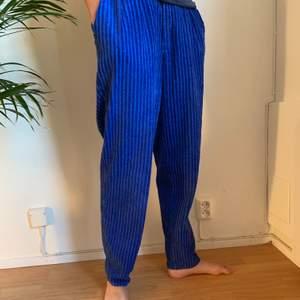 """Super sköna blå manchesterbyxor från 90-talet.  Säljer då de aldrig kommit till användning. Märke är P.T.A. procotti. Är baggy passform och  är 32"""" waist och 34"""" Length. Skulle säga att det är 36/38 i storlek 💕"""