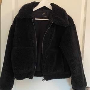 Superfin fluffig jacka från Urban outfitters. Storlek XS. I väldigt bra skick, använd fåtal gånger. Säljer för 350kr