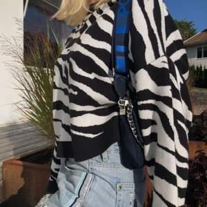 Snygg Zebramönstrad långärmad tröja från Gina tricot. I storlek s använd en gång. 130kr exklusive frakt.
