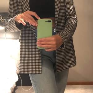rutig kavaj/blazer från H&M, storlek 34 🤍 använd typ två gånger, säljer för 100kr frakt tillkommer på 44kr 🤎