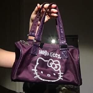 Älskar väskan, äkta Sanrio, rhinestone med hello Kitty print innuti och hello Kitty dragkedja💜