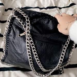 Stor väska, använder ej! Jätte fin dock!!💞