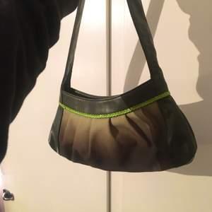 Jättefin baguette väska i perfekt skick lite y2k vibe.  den har några praktiska fack inuti👍