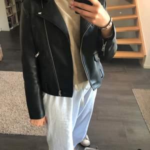 Snygg skinnjacka från Zara i storlek large men passar mindre. Jag är vanligen small/ medium och den passar bra i storlek. Väldigt fräcsh ser ut som ny!