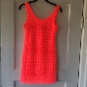 Neon rosa klänning från H&M. Ok skick (se bild 3).     Frakt tillkommer på 44 kr. Hör av dig vid frågor eller för fler bilder 💓