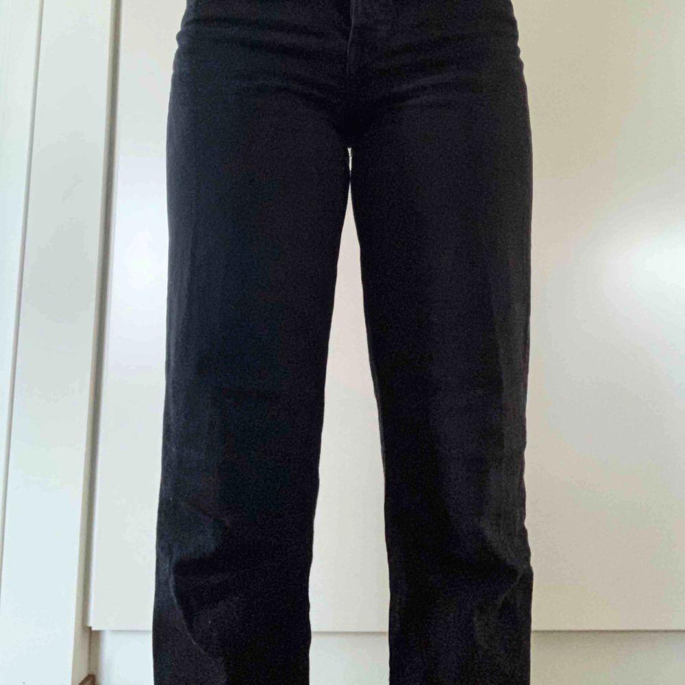 Levi's populära modell Ribcage straight, sitter väldigt fint på. Köpta för ca 1200kr, väldigt fint skick. Skicka PM vid intresse eller frågor!🖤. Jeans & Byxor.