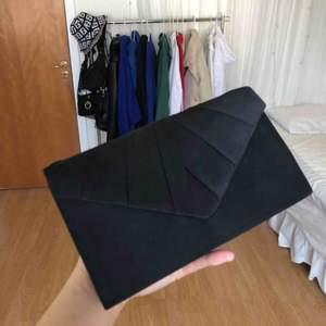 Säljer jättefin kuvertväska som passar perfekt till balen! Har endast använt den 1 gång på min egna bal. Gott skick, dock en liten fläck på framsidan. Den har även en silver kedja! 250 inkl frakt