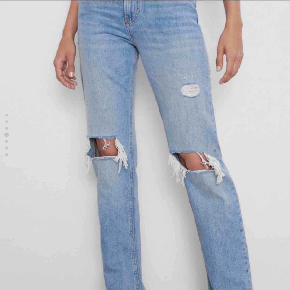 Hej, söker någon som vill sälja dessa populära jeans ifrån Zara, i storlek 34-36. Hit me up isåfall!🤜🏼🥰. Jeans & Byxor.
