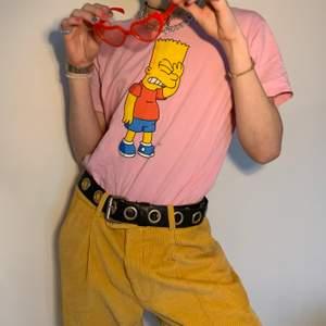 Rosa graphic tee/t-shirt med perfekt passform och Bart Simpson tryck 🌸 Färgerna kompletterar varandra så bra och gör så att man kan matcha den med så många färger och nyanser! Så snygg till ett par vanliga blåa jeans men också ett par byxor med samma färg som trycket för att leka med olika färgkombinationer!