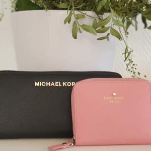 Är du intresserad, skriv så kommer vi överens om ett pris!Den svarta är en fake Michael kors plånbok med myntfack & 8 kortfattat. Den rosa är en äkta Kate spade plånbok med 4 kort fack. Dem kom aldrig till användning då jag har plånbokskal till mobilen.