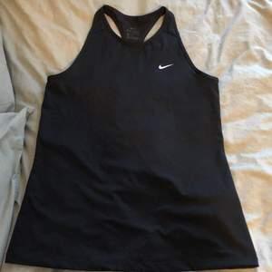 Träningströja från Nike strl M. Nyskick, aldrig använt bara testat. Säljes pga att den bara ligger i garderoben. Nypris 199kr. Priset kan sänkas