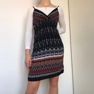 Super fin klänning i bohemian stil. Använt bara ett fåtal gånger, köpt i Thailand. Jätte bra skick.