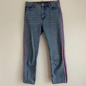 Jeans med blå, vit och röd revär på sidan. Använda ett fåtal gånger och säljs då de inte längre kommer till användning. Strl W29. Skriv gärna om du har några funderingar!🥰