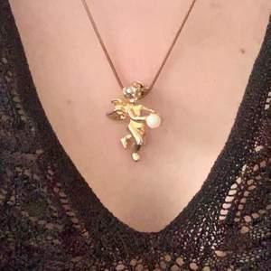 Supergulligt halsband i guld med en ängel som håller i en liten pärla. Själva ängeln är egentligen en liten brosch som hänger på en tunn kedja. Guldfärgen är lite smått bortnött men annars väldigt fint skick! 22kr frakt tillkommer. BUDGIVNING I KOMMENTARSFÄLTET OM MÅNGA ÄR INTRESSERADE, ANNARS FÖRST TILL KVARN!