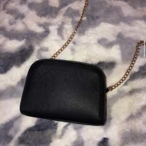 Gullig väska,köpt på h&m. Aldrig använd och i bra skick!