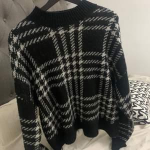 Denna tröja kommer från *new yorker* och är i fint skick. Säljer pågrund av att den aldrig kommer till användning längre men super skönt tröja.