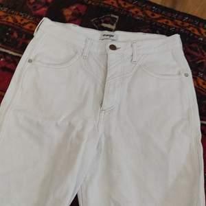 Vita Wrangler shorts. Klippt dessa shorts av ett par jeans. Använd nån gång. Har en fläck på rumpan som jag kan försöka tvätta bort om nån vill köpa🤩👌