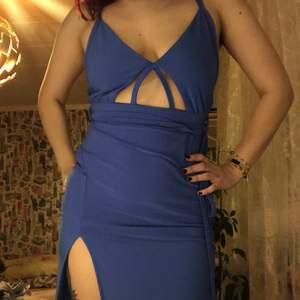 använd väldigt sparsamt. köpt från fashion nova, maxi längd och formar kroppen fint. slit på sidan