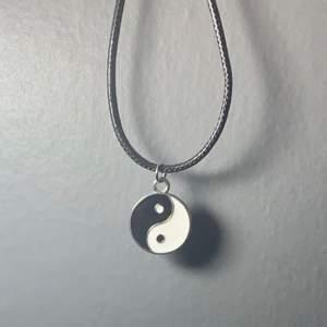 49cm långt Yin&Yang halsband med lädersnöre. Frakt är inräknat så hela priset är 75kr. Finns nu tre stycken kvar.