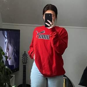 Jättefin puma-sweatshirt som inte längre kommer till användning🌸 Köptes på myrorna för ungefär ett år sedan, men är sparsamt använd🥰 Sitter perfekt oversized på mig som normalt är strl S/M☺️ FRAKT INGÅR I PRISET🌿