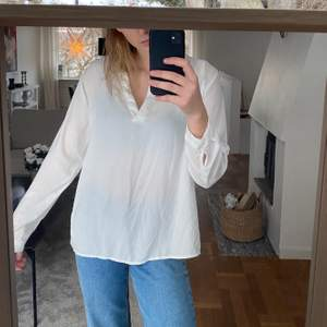 Snygg vit skjorta köpt på New yorker storlek S/M. Kommer aldrig till användning typ därför till salu, frakt tillkommer!
