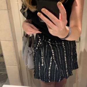 Så fin kjol som man knyter på sidan. Köpt i en butik i Italien därav vet jag ej märket. Använd några få gånger💕