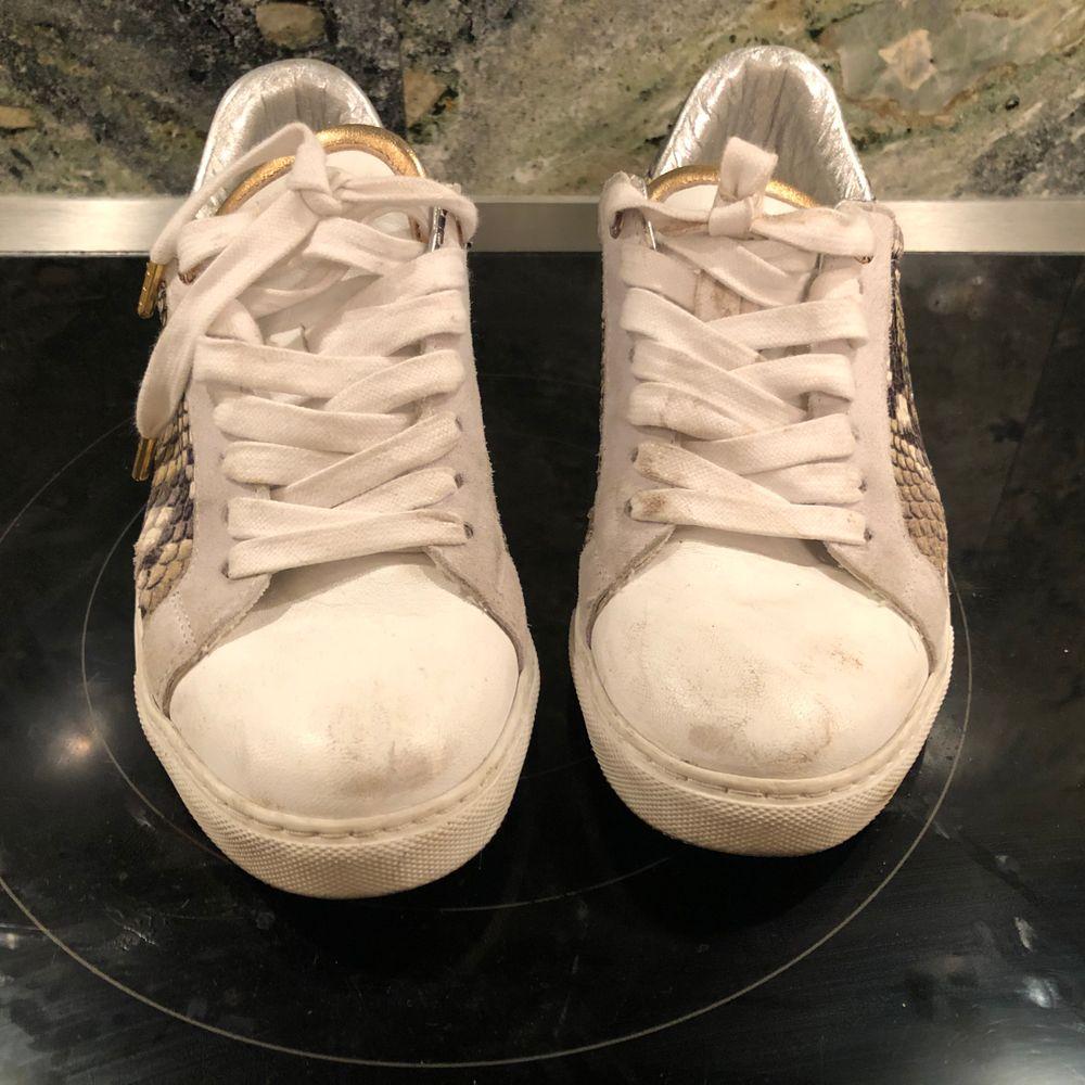 Säljer dessa otroligt fina sneakers från Zadig er Voltaire! Förutom lite smuts på skosnörena som går bort i tvätten så är de i perfekt skick! Nypris: 2000 kr, säljer för 1000 kr + frakt på ca 150 kr. pris kan diskuteras!. Skor.