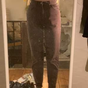 Ett par bruna vintage lee jeans i momjeans modell. Hög i midjan. Bra skick. Köpare står för frakt. Står storlek 10 med. men passa mig som är storlek 38 eller Medium