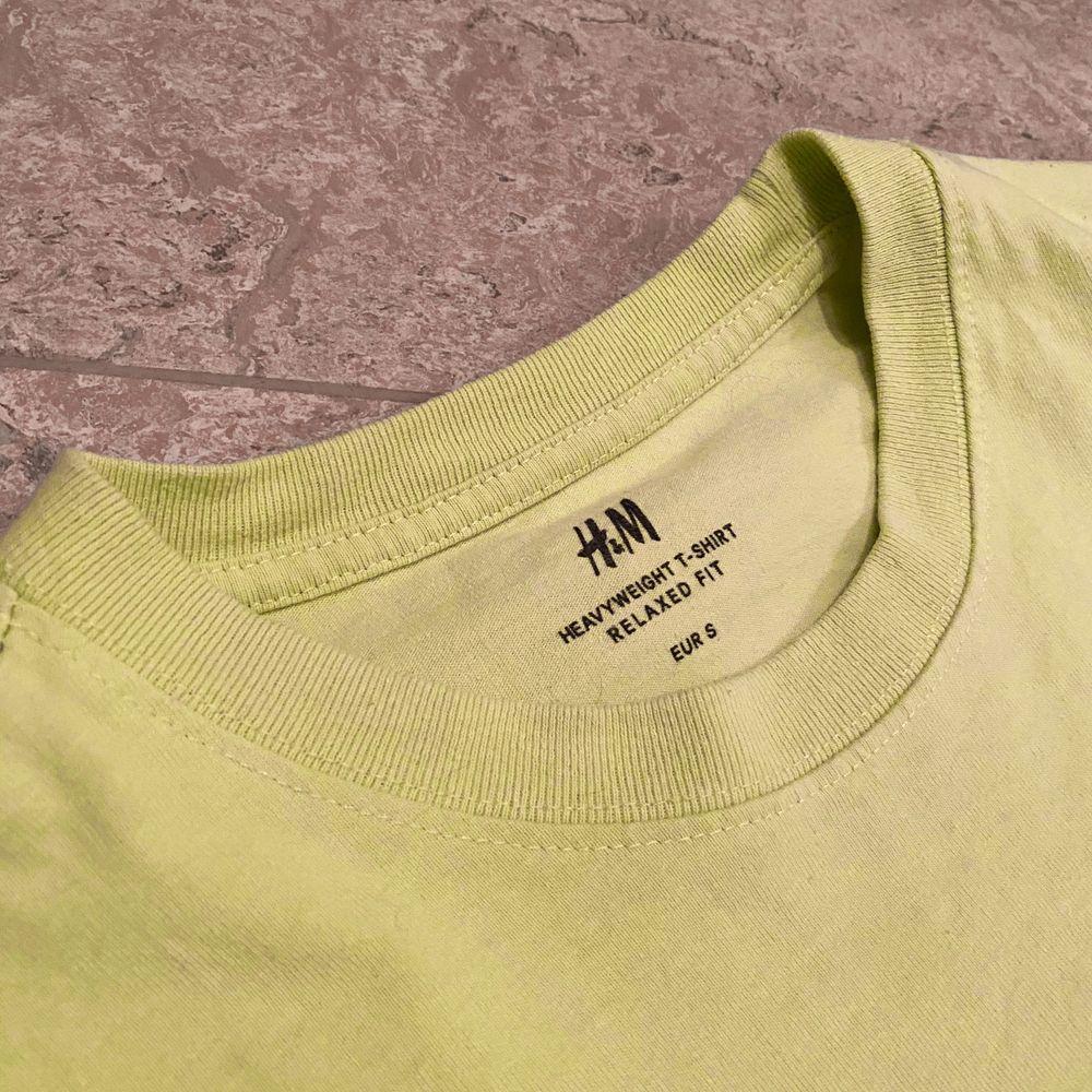 Oversied T-shirt från H&M i nyskick. Använd väldigt få gånger. Den är åt det gröna hållet men det var svårt att fånga upp med mobilen. . T-shirts.