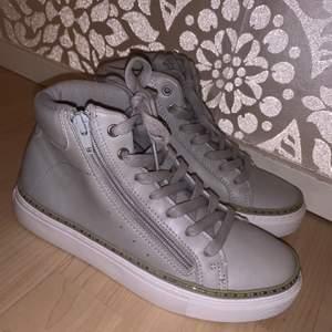 Säljer dessa skor i storlek 37 som är helt nya! Köpt i fel storlek. Säljer dessa för 50 kr.