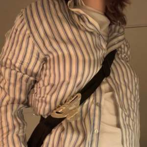 En superfin silke skjorta jag köpte i Paris för några år sen, från märket The Kooples därav nypris 2200kr. inga fel bara att den ej kommer till användning. Vet inte exakt storlek tror den ska vara en 1 men vet ej vad det är men skulle säga att den passar allt från xs-m beroende på hur man vill den ska sitta ! 🥰 Köparen står för frakt, skriv privat vid intresse :)