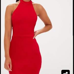 Röd klänning från prettylittlething med hög hals och öppen rygg man knyter. Väldigt skön men aldrig använd endast testad. Storlek 36 men passar också 38. Frakt ingår i priset