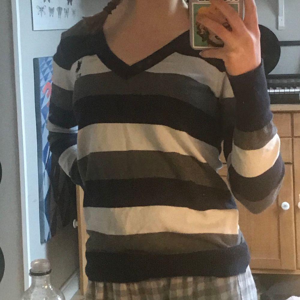 Snygg randig pullover/tröja från Ralph Lauren ❤️ mysig snygg sitter snyggt på mig med xs/s men stretchig så passar även större storlekar :). Tröjor & Koftor.