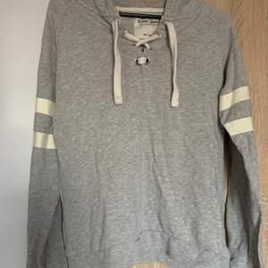 En grå hoodie med snörning från lager 157 i strl s. Skriv vid frågor/fler bilder:)  Köpare står för fraktkostnad♥️