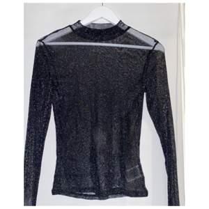 Säljer nu denna fina tröja i stl L men skulle mer säga att den är som en s eller m då den passar mig som vanligtvis är en xs! Säljer pågrund av att den inte kommer till användning.