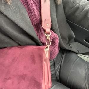 Jättefin axelremsväska i en mörklila nyans, materialet är i mocka på framsidan. Väskan är väldigt rymlig med tre fack inuti. Väskan är i ett mycket gott skick. Köparen står för frakten, hör av er vid frågor eller funderingar.🥰🥰